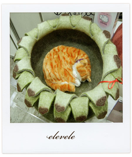 エレベレのお花型猫ベッド「グリーンハウスリーク」
